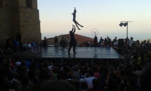 Il Duo Kaos davanti la Chiesa di San Giuliano a Pollina (Sicilia). Artisti di strada tra bici, salti e poesia. Foto di Gabriele Bonafede