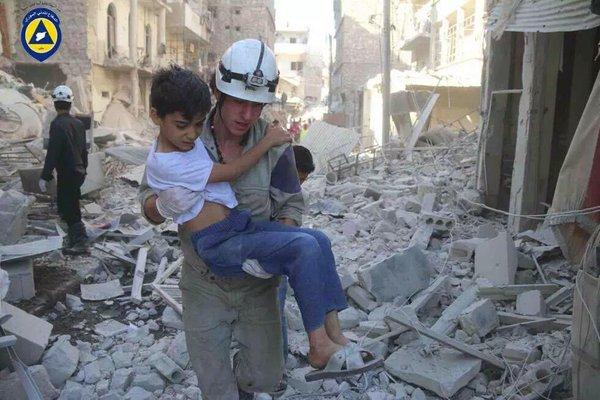 Casco bianco salva un bambino in Siria Natale 2015