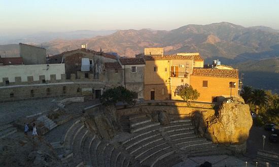 Castello e case al teatro di Pollina