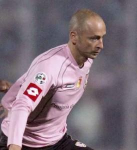 Eugenio Corini ai tempi in cui giocava nel Palermo. Foto tratta da www.90min.com.