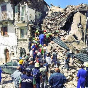 Terremoto_centro_Italia_2016_-_Rio_(Amatrice)_estrazione_di_un_sopravvissuto_(29321782115)