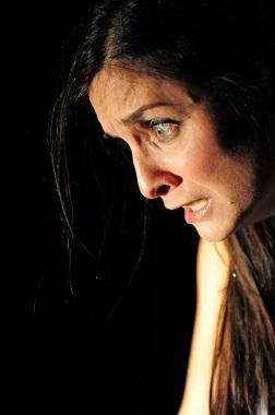 Viviana Lombardo in Stranieri Familiari. Foto di Pino La Pera