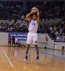 Il Partizan supera la Zvezda derby di Belgrado di basket. Qui William Hatcher del Partizan Crvena in azione.