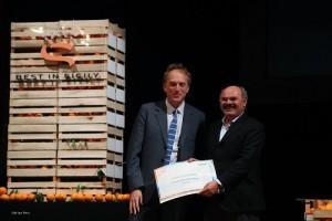 Foto di Igor Petyx. Oscar Farinetti premia Antonio Sellerio Ambasciatore siciliano del gusto.