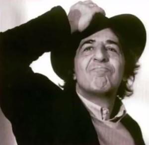 Giorgio Gaber canta su Destra e Sinistra (foto tratta dal video su youtube in fondo a questo articolo)