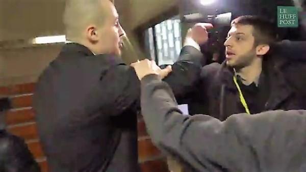 Giornalista francese aggredito immagine da video Huffington Post