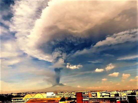 Il vulcano Etna durante l'eruzione del dicembre 2015. Il 100mo Giro d'Italia ne scalerà un fianco fino al rifugio Sapienza a una quota di quasi 1900 metri. Foto di Boris Behncke