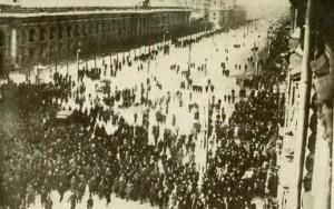 Multitud2EnNevskyProspektMarzo1917--russiainrevolut00jone