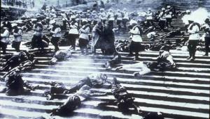 Una scena fondamentale del film La corazzata Ptemkin. Non era un film sulla rivoluzione russa, ma sulla rivoluzione del 1905, però il film su prodotto nel periodo dell'Unione Sovietica.