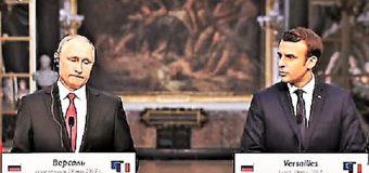 Macron: media russi infamanti. Vlad Putin rischia il coccolone in diretta