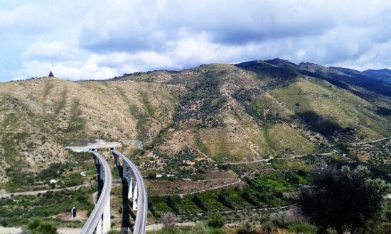 Sicilia, l' autostrada Palermo-Messina nel territorio di Tusa (ME)