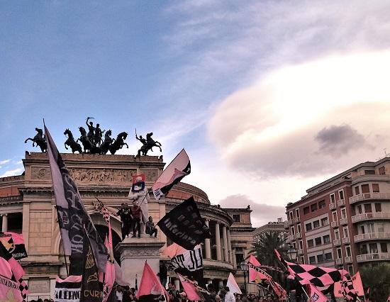 Promozione Palermo in serie A 2014 tifosi a Piazza Politeama fFoto di Gabriele Bonafede zoom1 M