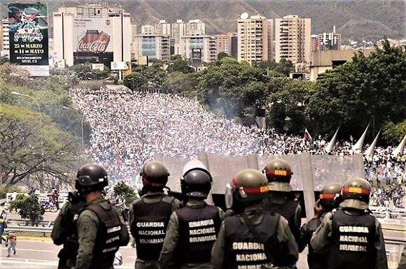 Venezuela manifestazione contro Maduro e polizia M2