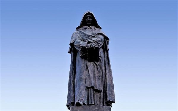 La statua di Giordano Bruno a Campo de' Fiori, Roma. Martire nel 1600 per la difesa primaria dei diritti umani, come il diritto alla libertà di pensiero. Fu arso vivo da chi, come il Sant0Uffizio di allora, utilizzava la religione a fini politici.