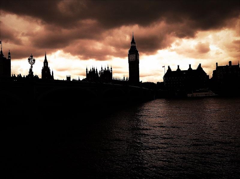 Londra Parlamento il cielo si fa scuro con la Brexit... e in Italia?
