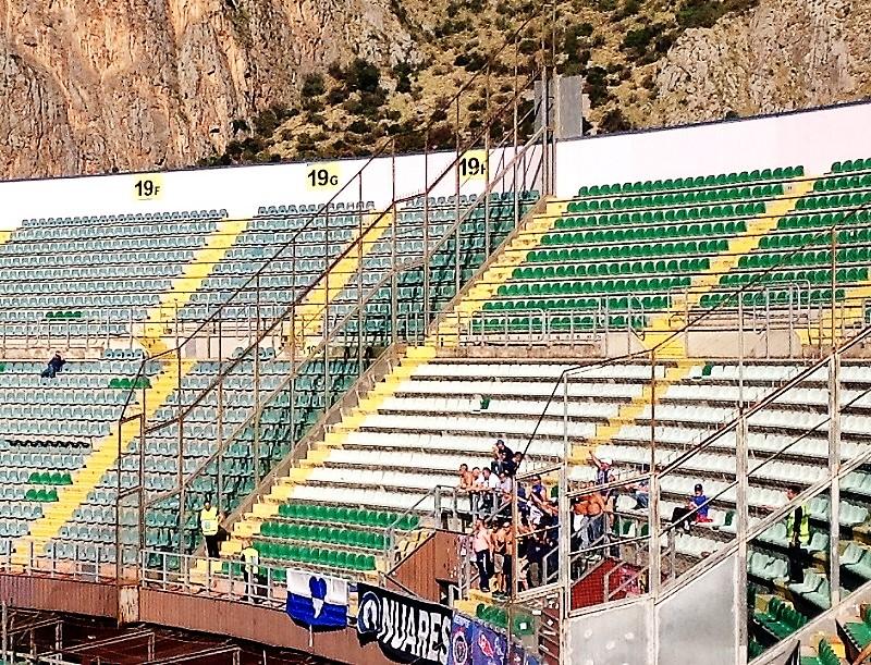 Pochi tifosi del Novara a Palermo in uno stadio semivuoto. Ma per loro è valsa la pena raccogliere un poco di sole e una bella vittoria al Barbera.