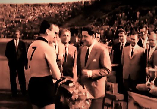 Ghito Vernazza riceve il premio di capocannoniere di serie B 1958-59 T RN