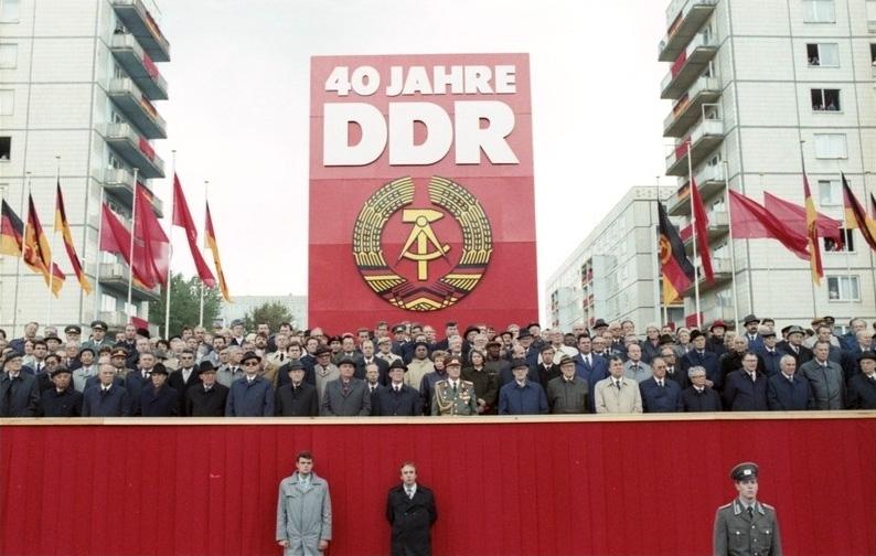 Berlin: 40. Jahrestag DDR/ Parade/  Eine Ehrenparade der Nationalen Volksarmee leitete die Feierlichkeiten am 7.Oktober ein. Auf der Ehrentribüne in der Karl-Marx-Allee wurden herzlich begrüßt der Generalsekretär des ZK der SED und Vorsitzende des Staatsrates der DDR, Erich Honecker, und weitere Mitglieder der Partei- und Staatsführung der DDR sowie der Generalsekretär des ZK der KPdSU und Vorsitzende des Obersten Sowjets der UdSSR, Michail Gorbatschow (7.v.l.), und weitere Repräsentanten aus dem Ausland.