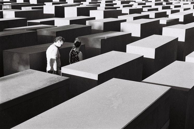 Memorial to Murdered Jews of Europe Berlin foto di Alessio Mffeis unsplash