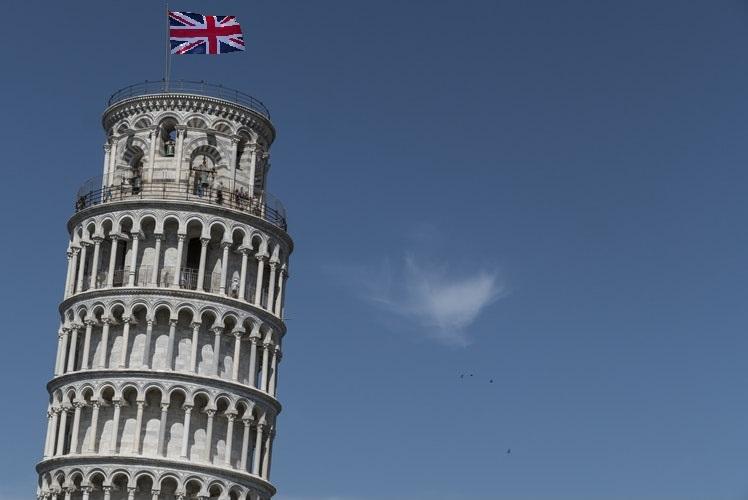 Torre di Pisa foto di Marco Cecchi da unsplash con bandiera GB