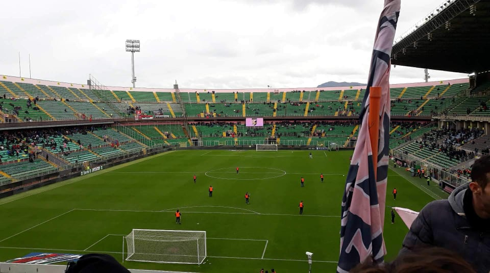 La bandiera rosanero è alta, ma lo stadio è ancora vuoto. Foto di Antonella La Mendola