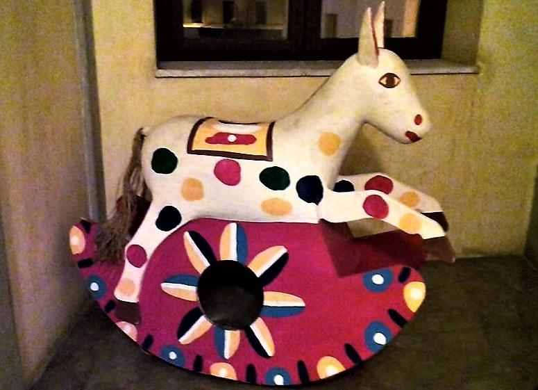 Cavallo a dondolo mostra Teatro Massimo a Palermo T zoom