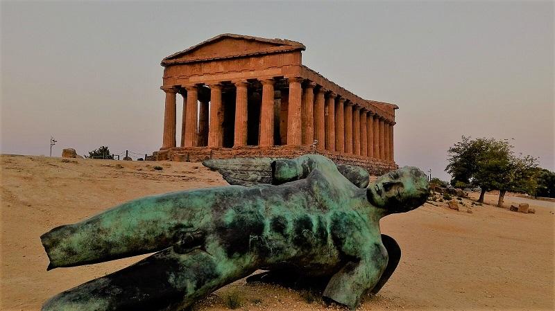 Tempio Agrigento Valle dei Templi con statua M