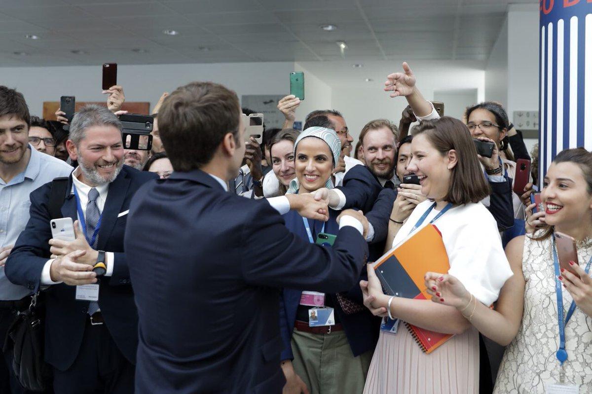 Macron, tra i suoi sostenitori. Foto lanciata  dal profilo Twitter del Presidente francese
