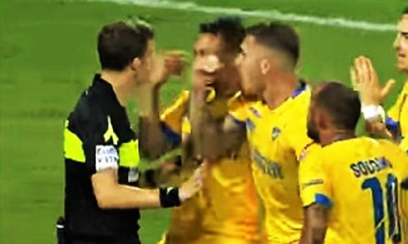 Arbitro attorniato da calciatori. Cosa direbbe Boskov?