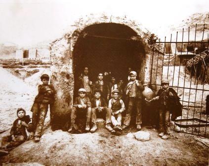 Interguglielmi,_Eugenio_(1850-1911)_-_Sicilia_-_Carusi_all'imbocco_di_un_pozzo_dell