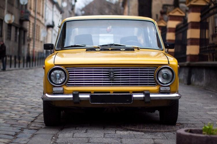 Lada 2101 un modello derivato della Fiat foto di John-Mark Smith tratta da Unsplash ST