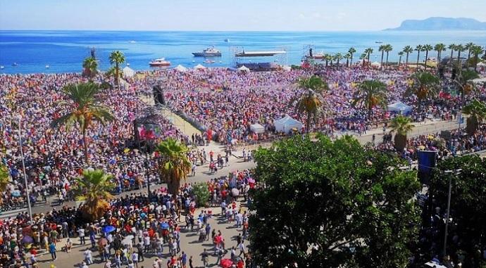 Papa Francesco a Palermo folla al Foro Italico T M
