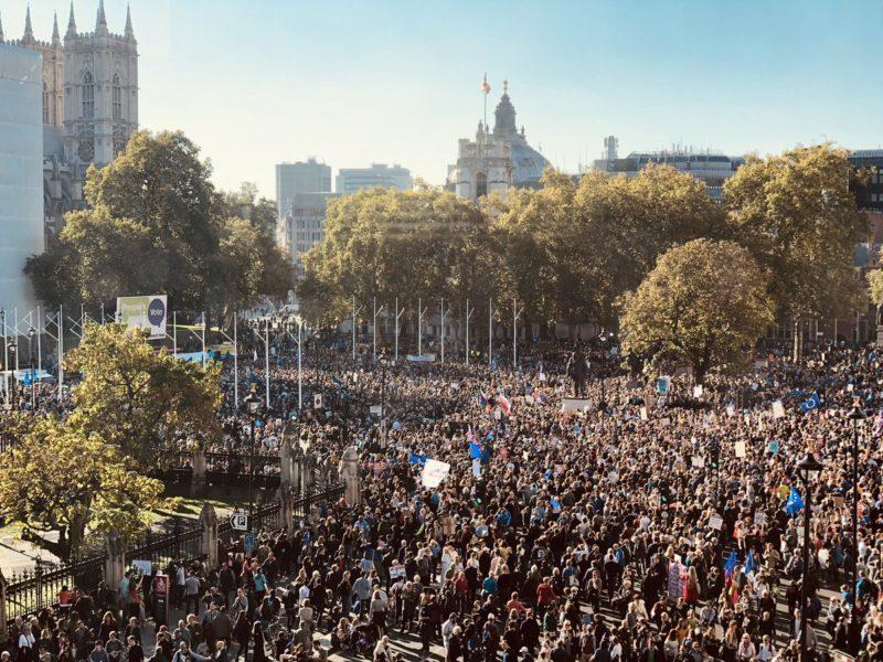 La gigantesca People's Vote March del 20 ottobre 2018 al momento i sondaggi mostrano che in un nuovo Referendum il No alla Brexit vincerebbe 58 a 42
