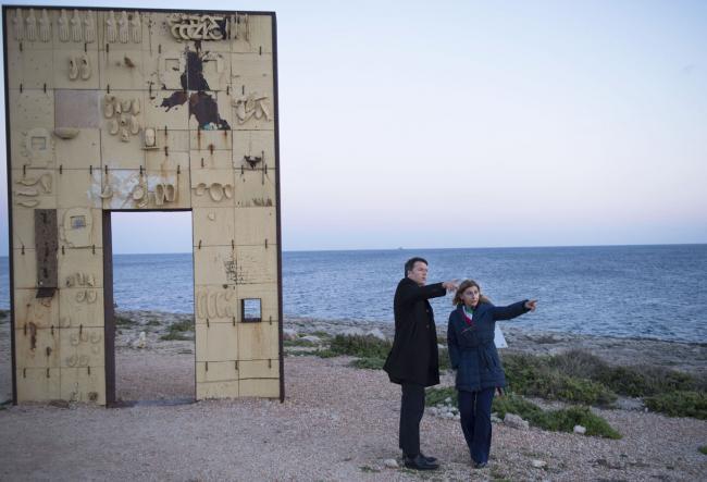 """Lampedusa, Matteo Renzi e Giusy Nicolini alla """"Porta d'Europa"""", alcuni anni fa."""