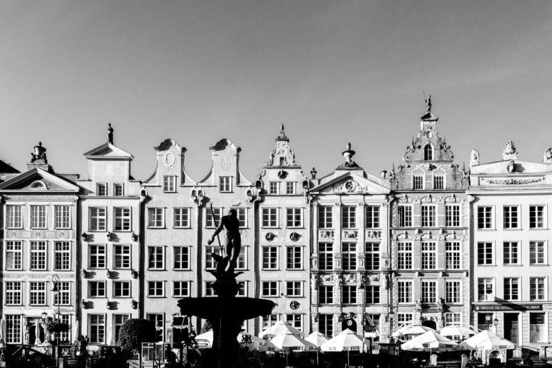 """Danzica Polonia, """"Mercato  lungo"""" foto di Andrea Anastasakis tratta da unsplash trasformata in bianco e nero"""