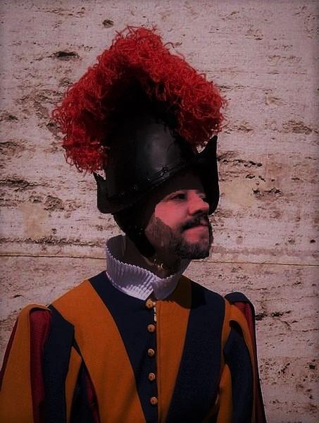 Salvini con la divisa di guardia svizzera.