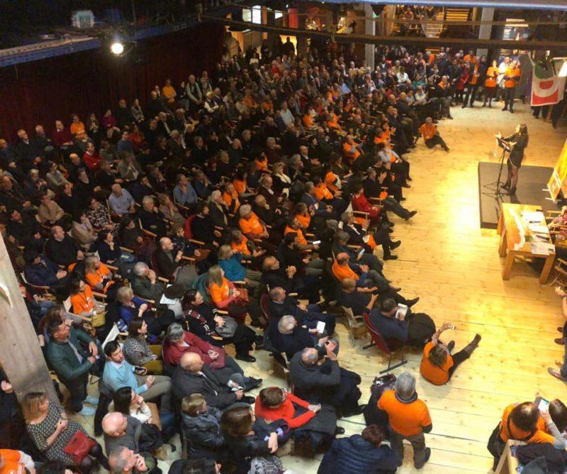 Anna Ascani in una assemblea PD per il congresso in vista delle primarie con bem altro impatto sull'elettorato
