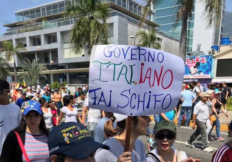 """Cartello in Venezuela: """"Governo italiano fai schifo"""", erano i tempi del fgoverno giallo-verde. Ma adesso?"""