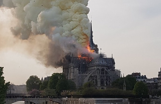 Notre Dame in fiamme 15 aprile 2019 2 zoom