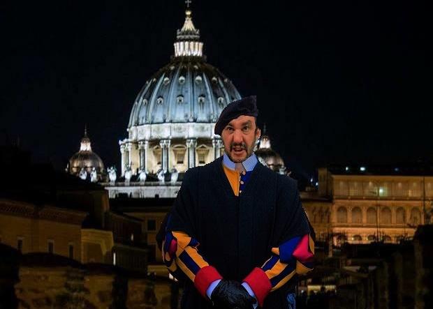 Salvini si autoproclama Papa Anticristo e Guardia Svizzera