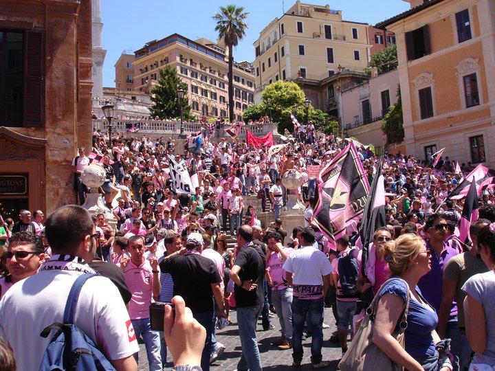 Tifosi rosanero a piazza di Spagna Roma maggio 2011