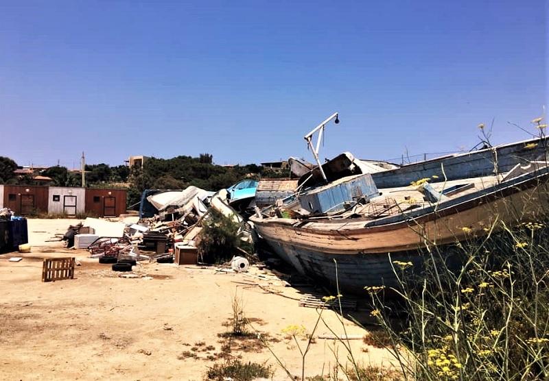 Lampedusa cimitero dei barconi dei migranti foto di Davie Faraone T M