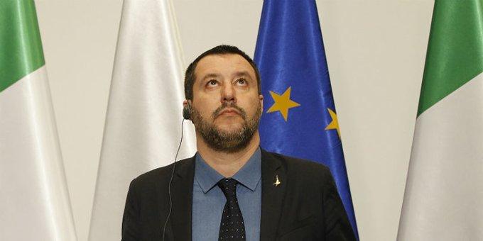 Salvini guarda verso l alto