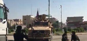 Pietre e frutta marcia sui militari USA in ritirata. Ecco il video