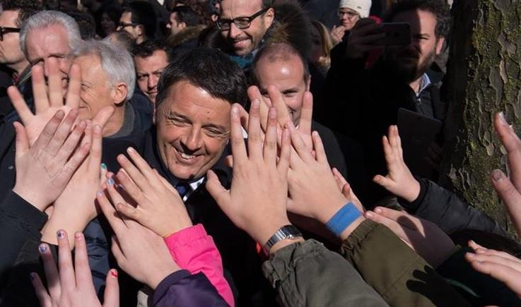 Renzi nella folla Pd e Italia Viva