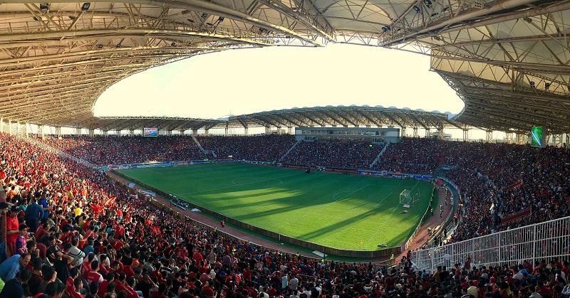 Folla in una partita di calcio campionati vanno sospesi causa del coronavirus