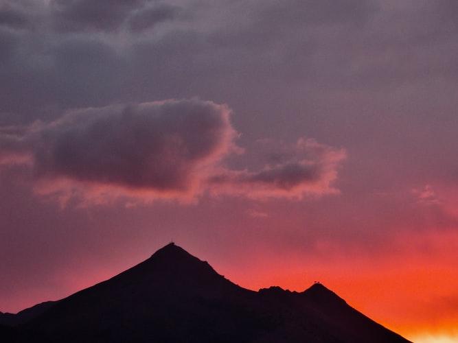 Politica Schizofrenica della Regione siciliana Monte cuccio con tramonto