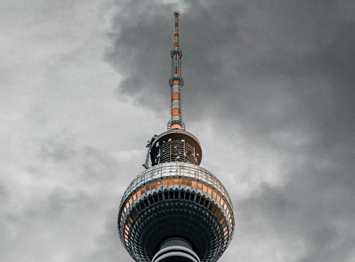 Sputnik vaccino e disinformazione torre TV a Berlino Est